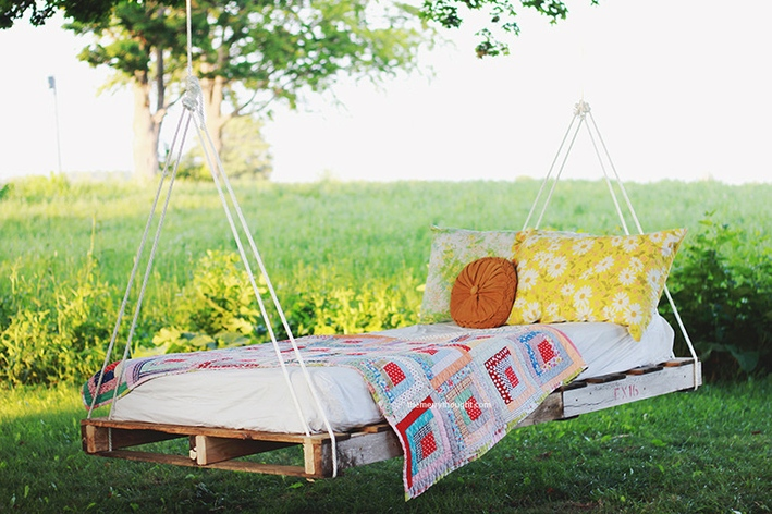 4 swinging DIY pallet bed